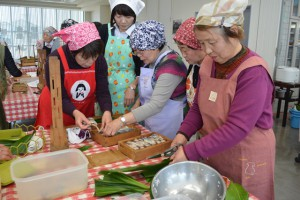 鯖寿司を作る女性部員