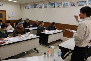 農業講座開催「説明を聞く受講者」