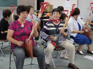 助け合い視察 兼松会長(右)となの花の会渡邉会長(左)